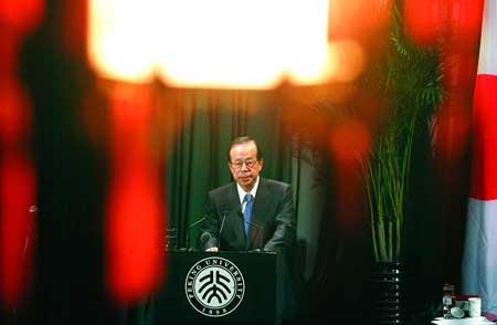 2007年12月29日,温家宝和访华的福田康夫在北京钓鱼台国宾馆打棒球 新华社发