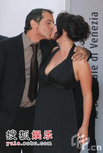男女主演继续吻不停。