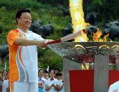 图文:残奥会圣火在大连传递 里景瑞点燃圣火盆