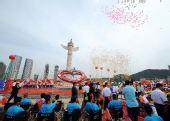 图文:北京残奥会圣火在大连传递 传递仪式现场