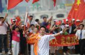 图文:北京残奥会圣火在大连传递 火炬手徐永臣