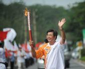 图文:北京残奥会圣火在大连传递 火炬手宋凯