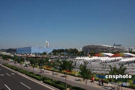 """9月2日,北京依然晴空气朗,游客乐游奥运村。奥运会期间,""""鸟巢""""、""""水立方""""等北京奥运场馆给全世界留下深刻印象。""""十一""""黄金周期间,奥运场馆将最大限度地保留奥运赛事时的场景和设施,向北京市民和各地游客开放,供人们参观游览。中新社发追影 摄"""