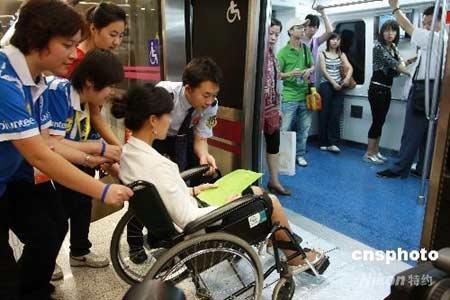 9月3日,在北京主要交通路口、地铁站、邮局、旅游区和奥赛场馆附近,随处可见面带笑容的志愿者们。这一天,是北京残奥会志愿服务的行动日。北京灯市口地铁站点志愿者正在进行残奥会前的最后演练。残奥会期间,乘坐轮椅的残障人士如需坐地铁,可提前打电话预约,到达地铁站后有志愿者和工作人员提供一对一式服务。中新社发郑雄增 摄