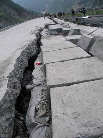 """""""5·12""""大地震引发地裂缝和大面积山体滑坡等多种地质灾害,造成映秀镇地貌破坏极其严重。 新华社 图"""