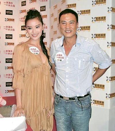 任达华伙新片女主角莫小奇出席首映礼。