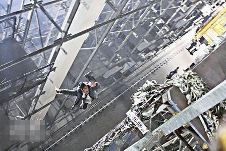 在楼高二十层的货柜架上进行拍摄,也戳古天乐心惊。