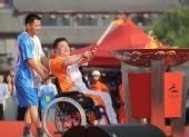 图文:残奥会圣火在洛阳传递 刘峥伟点燃圣火盆
