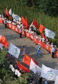 图文:北京残奥会圣火在洛阳传递 火炬手王涛
