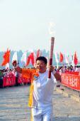 图文:北京残奥会圣火在洛阳传递 火炬手刘保强