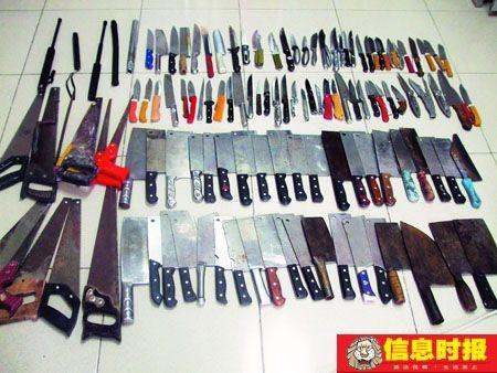被乘客丢弃的刀具。时报记者  杜翠 摄