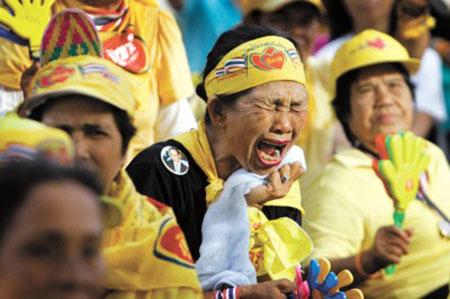 泰国反政府示威者4日听到总理沙马拒绝辞职的演说后反应剧烈