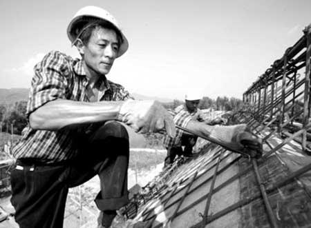 施工人员在北京平谷区北太平村建设节能房