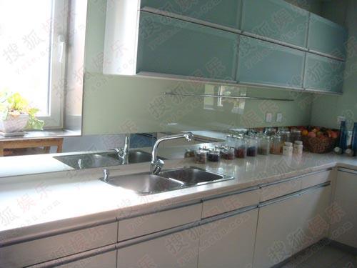 厨房也都窗明几净