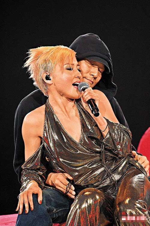 刘美君年初在香港开个唱时演出大胆,并邀请梁家辉一同表演
