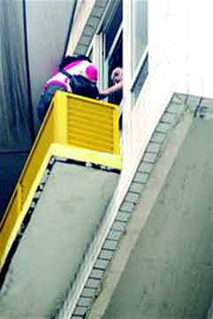 相关工作人员在解救跳楼妇女