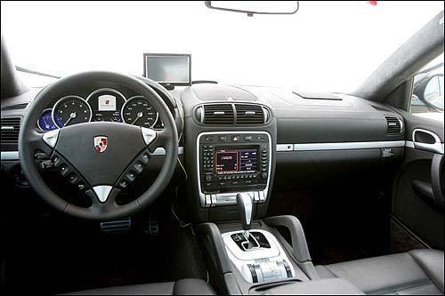 车舱设计的科技感明显胜过尊荣感,并未有太多的奢华设计。