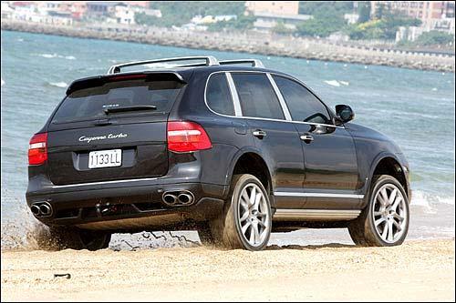 越野性能表现上此车让人大感意外,即便只剩「同侧两轮」,都足以在松软的沙滩上脱困。