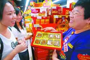 残疾人何惧(右)经过培训在地区超市任信息员。