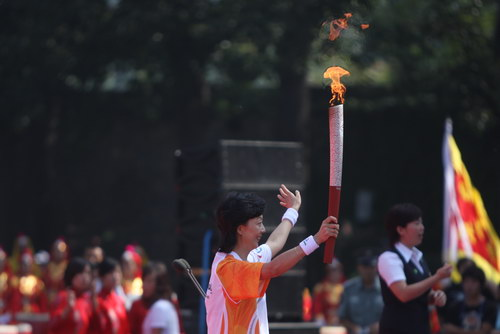 残奥火炬接力的最后一位火炬手周晔来到结束现场,展示火炬