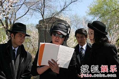 赵宝刚在为演员们讲解剧本