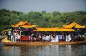 图文:群众在颐和园昆明湖龙船上欢迎圣火到来