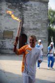 图文:火炬手贾维斯在颐和园文昌阁前传递火炬