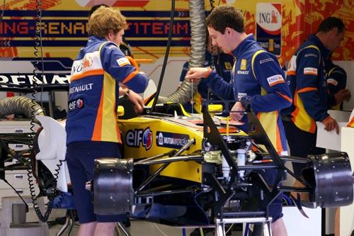 图文:F1比利时站周四即景 雷诺技师忙碌工作
