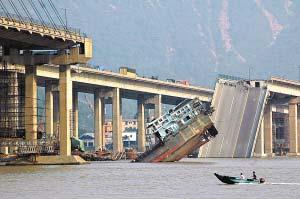 去年6月15日,南海九江大桥被撞后200余米的桥面折断掉进江中,肇事船只被压断。