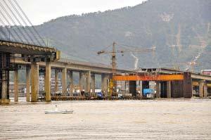 一年后的今天,断船已被移走,桥面也已经被切断,断桥修复工作正在进行中。