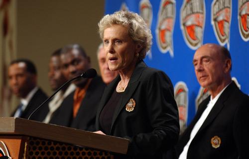 图文:2008年名人堂入驻仪式 拉什是女篮代表