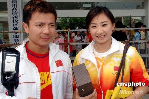 举重冠军张湘祥、蹦床冠军何雯娜与福州大学师生面对面互动。中新社发刘可耕 摄