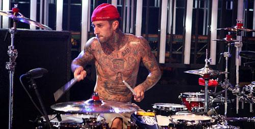 图:2008年MTV颁奖礼彩排 Travis Barker秀纹身