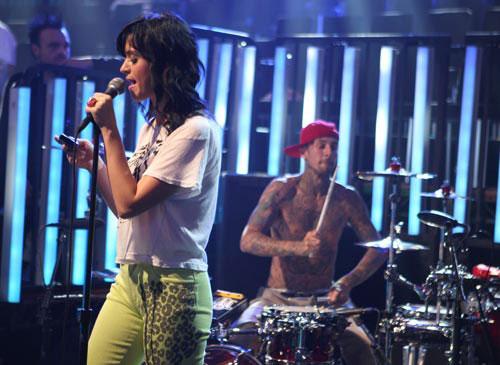 图:2008年MTV颁奖礼彩排 Katy Perry边唱边聊