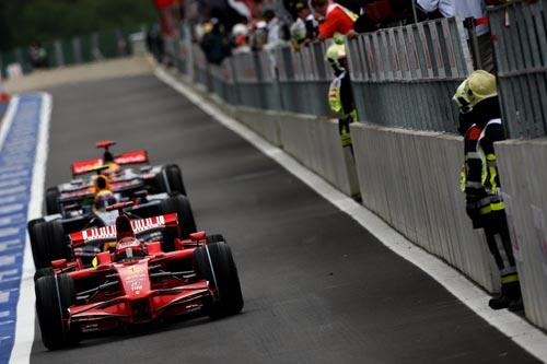 图文:F1比利时站排位赛 莱科宁出维修站