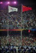 图文:残奥会开幕式文艺表演 旗帜飘扬
