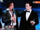 图:米基-洛克和达伦-阿伦洛夫斯基携手领奖