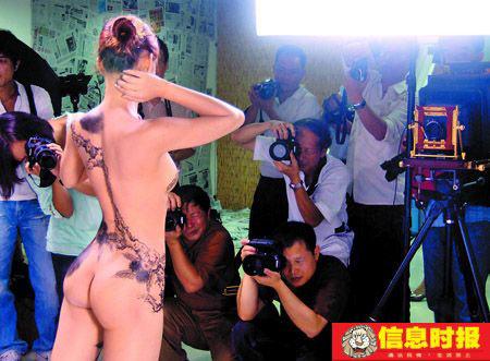 """九月六日,""""庞国华人体彩绘艺术摄影大赛""""在广州昊源摄影城举行。"""