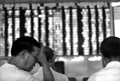 新华社现场图片 □上证指数跌破2245点,股民感觉7年一梦。