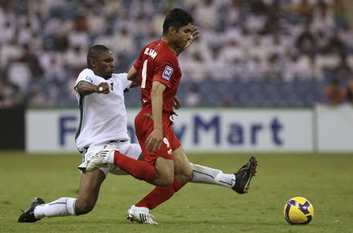 图文:沙特1-1伊朗 伊朗队员带球突破