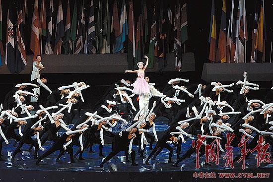 照片:李月在北京残奥会开幕式上表演。 本报记者 贺延光摄