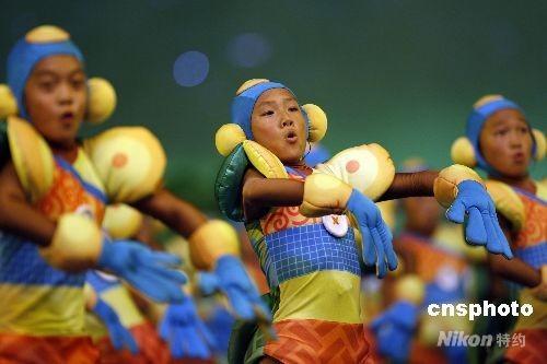 """9月6日晚,北京2008残奥会开幕式在国家体育场""""鸟巢""""举行。图为文艺表演《节日》。 中新社发 杜洋 摄"""