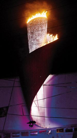 侯斌点燃北京残奥会圣火