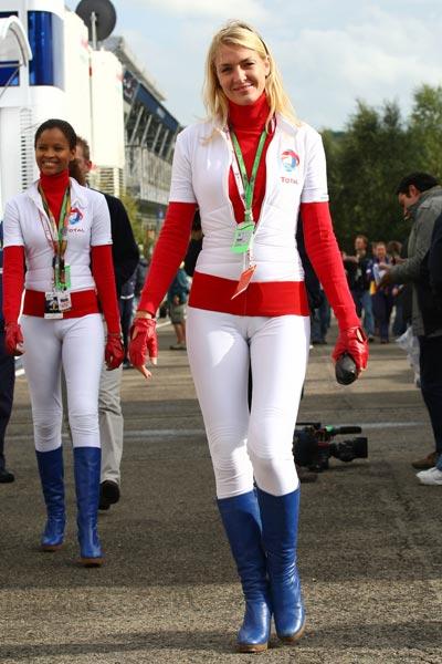 图文:f1比利时站美女 赛道走来美丽宝贝