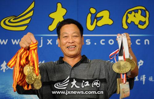郭细彭开心地展示女儿获得的奖牌