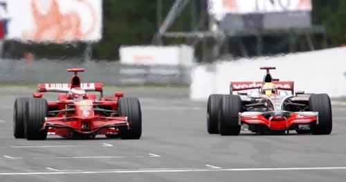 图文:F1比利时站正赛 莱科宁汉密尔顿并行