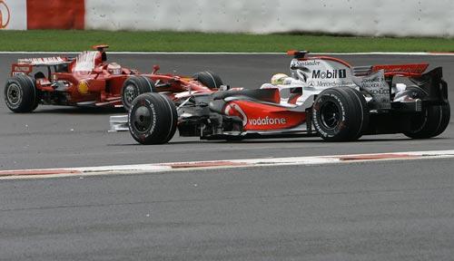 图文:F1比利时站正赛 莱科宁小汉近身较量