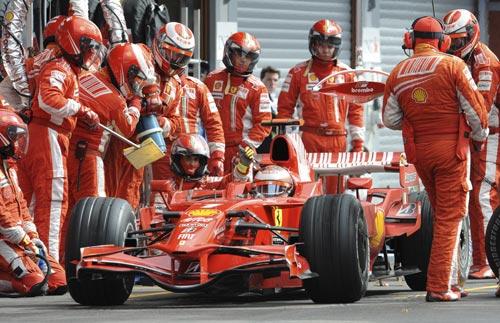 图文:F1比利时站正赛 莱科宁进站加油