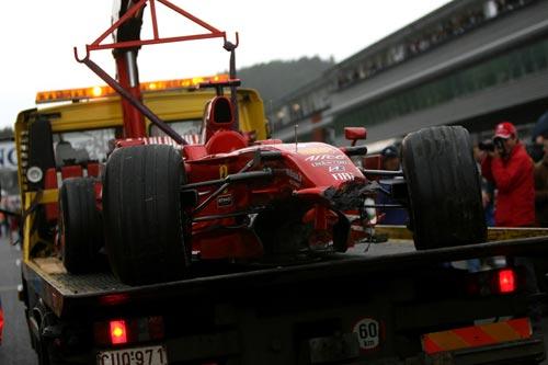 图文:F1比利时站正赛 莱科宁撞坏的赛车特写