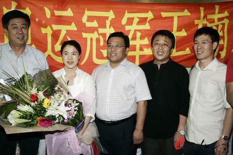 图文:王楠回沈阳筹备婚礼 与老公机场合影